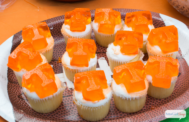 Live in a house divided when it comes to sports teams? Kickoff football season with a show your team colors party with food and decor that match your rooting interest. These are great tailgating party ideas, too! #TeamJellO #cbias