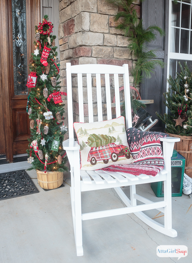 Front porch decorating ideas you 39 ll want to copy for christmas - Vintage front porch decorating ...