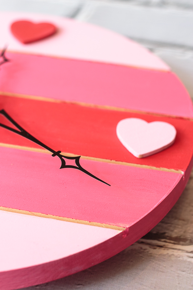 Do you decorate for Valentine's Day? If so, here's a cute red-and-pink striped pallet clock you can make in no time. #sponsored #decoartprojects