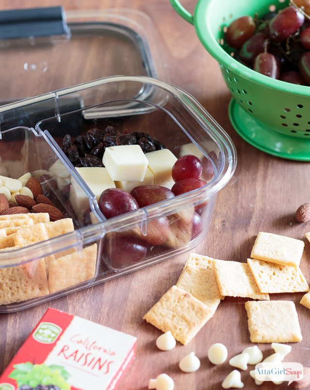 Looking for school snack ideas that won't break the bank? Stop wasting money on convenience package, and make your own customized, preportioned school lunches and snacks using Rubbermaid® BRILLIANCETM Salad & Snack Set. #ad #StoredBrilliantly