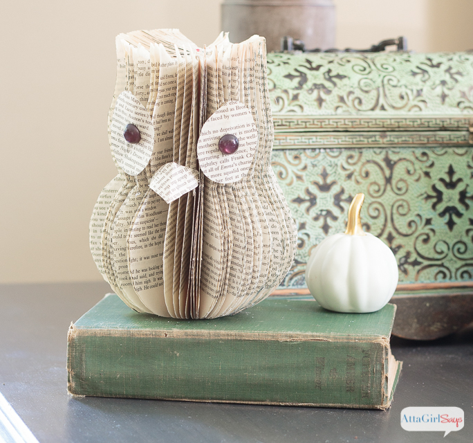 Wondering what to do with old books you don't want to read anymore? Learn how to upcycle them into book page crafts, like this adorable owl.