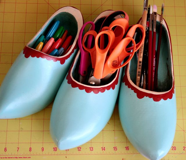 They might not feel very comfy on your feet, but there are lots of different ways you can use Dutch wooden shoes in your decorating. They make great planters, flower vases and organizers for all sorts of things, as you'll see in this roundup of repurposed klompen wood clogs. #netherlands #holland #woodenshoes #springdecorating #organizing #craftroom #sewing