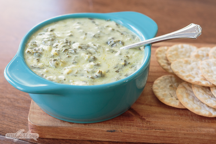 spinach and artichoke dip and crackers